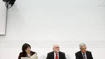 Präsentieren den Hildebrand-Bericht: Ruedi Lustenberger, Präsident GPK, Maria Bernasconi und Paul Niederberger.