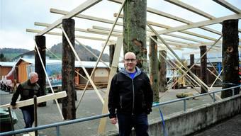 Hinter OK-Präsident Tobias Oswald entsteht der Pavillon, im Hintergrund das Chalet.