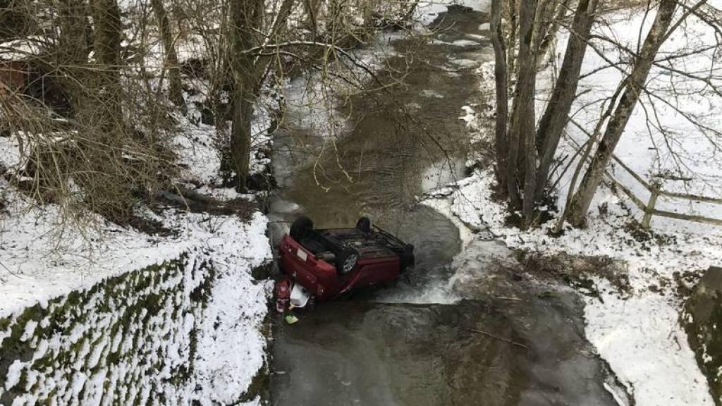 Ein Anwohner rettete die Autolenkeirn aus dem verunfallten Auto.