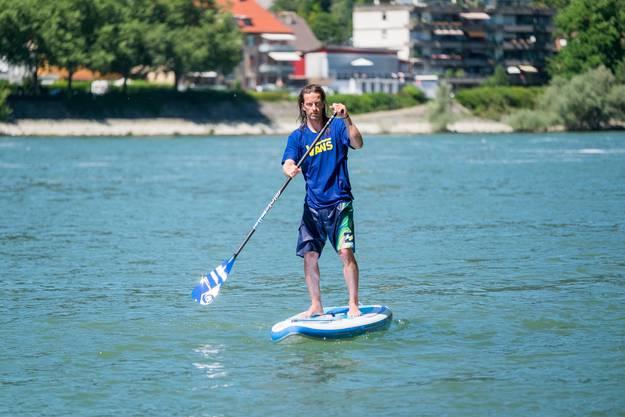 Der Surflehrer liebt das Wasser über alles