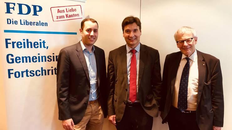 Amteiparteipräsident Christoph Scholl mit den Nominierten: François Scheidegger und Kurt Fluri.
