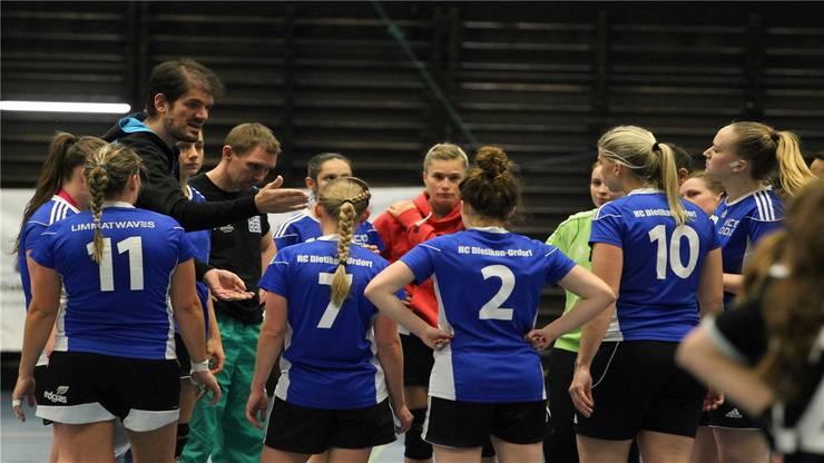 HCCDU Trainer Marco Wyttenbach sagt seinem Team wie sie zu spielen haben.