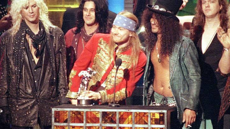 """Guns N' Roses in der Formation von 1992, wie sie ungefähr auf dem Coachella-Festival auftritt: Dritter von links Axl Rose, rechts daneben Saul """"Slash"""" Hudson (Archiv)."""
