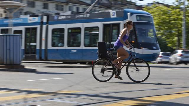 Eine Velofahrerin in Zürich: Die Stadt will 55 Millionen Franken in neue Velorouten investieren (Archiv)