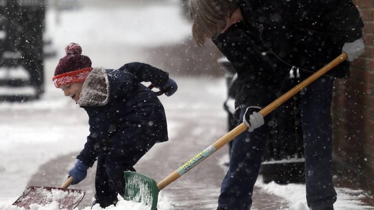 Schneeschaufeln macht Spass und ist gesund. Oder doch nicht? Eine Studie hegt Zweifel.