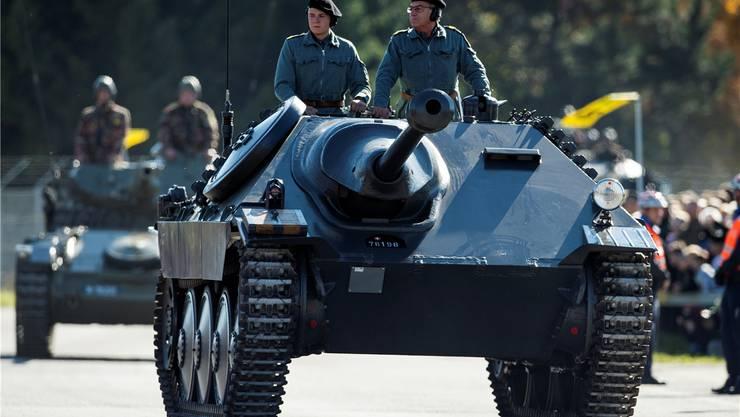 Sammelwütige Schweizer Armee? Im Bild ein Panzer an einem Defilee auf dem Waffenplatz in Thun.