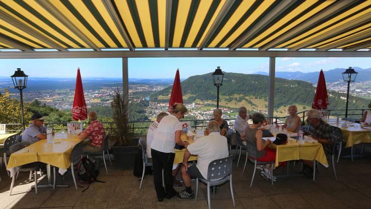 Die ersten Gäste geniessen bei einem kühlen Getränk oder Kaffee die Aussicht und das prächtige Wetter.