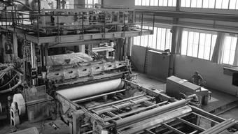 Arbeiter in einer Werkhalle der Eternit in Niederurnen GL (Archiv)