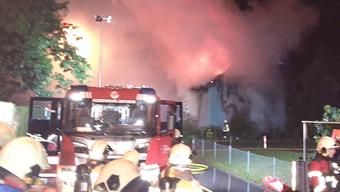 In Zufikon im Kanton Aargau brannte in der Nacht auf Freitag ein Haus.
