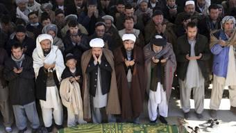 Trauernde Menschen in Kabul im Dezember 2017 für die Opfer eines Selbstmordanschlags.