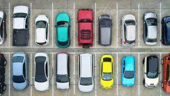 Parkieren im öffentlichen Raum (Symbolbild) wird teurer.