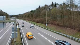 Die Autobahn A3/A4, hier in Richtung Süden, führt mitten durch den belasteten Hardwald. Vor allem das Gebiet rechts ist belastet.