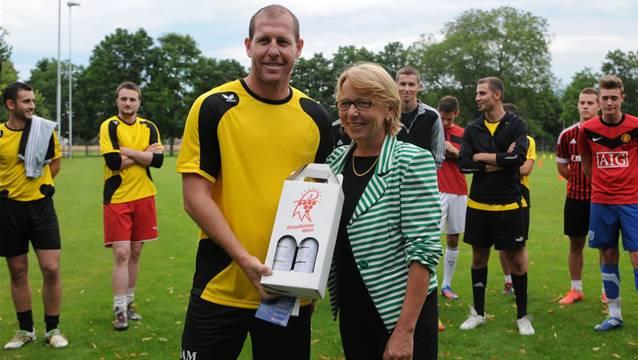 Vom Spieler zum Spielertrainer: Scott Chipperfield (Bild vom ersten Training beim FC Aesch, zusammen mit Gemeindepräsidentin Marianne Hollinger)