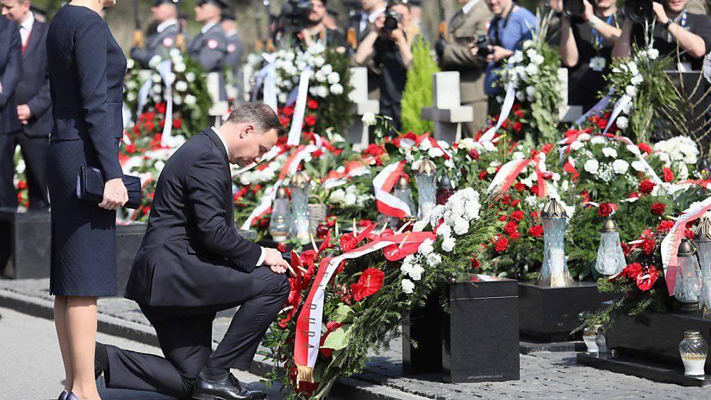 Der polnische Präsident Andrzej Duda (Mitte) und seine Frau Agata Kornhauser-Duda bei den Feierlichkeiten zum Gedenken an die Opfer des Flugzeugabsturzes von Smoslenks.