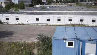 Der Kanton Bern kann 88 Wohncontainer auf dem Boezingenfeld in Biel vorübergehend als Unterkunft für Asylsuchende nutzen. Die Container sollen Platz für rund 200 Asylsuchende bieten.(KEYSTONE/Marcel Bieri)