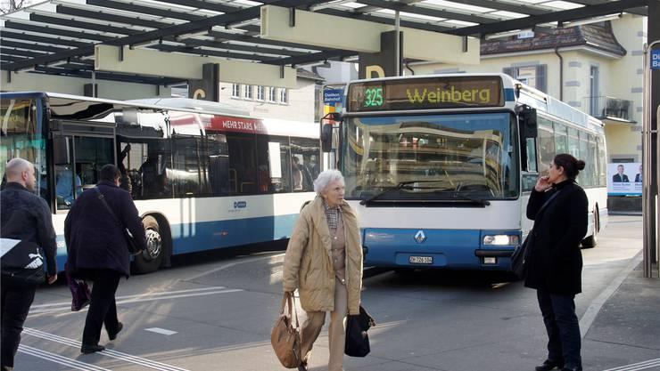 Der Blick in die Nachbargemeinde gibt den Schlieremer Ortsbus-Initianten Hoffnung: Auch in Dietikon dauerte es zehn Jahre, bis es mit dem Weinbergbus klappte.
