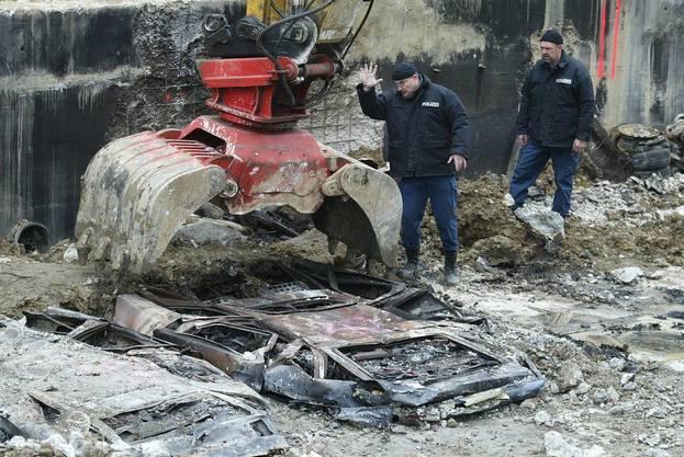 Die letzten Autos nahe dem Brandherd werden am 10. Dezember 2004 geborgen...