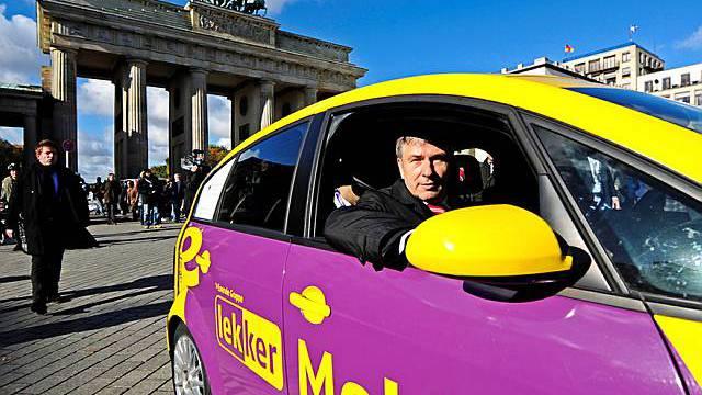 Berlins Bürgermeister Klaus Wowereit sitzt im Elektroauto