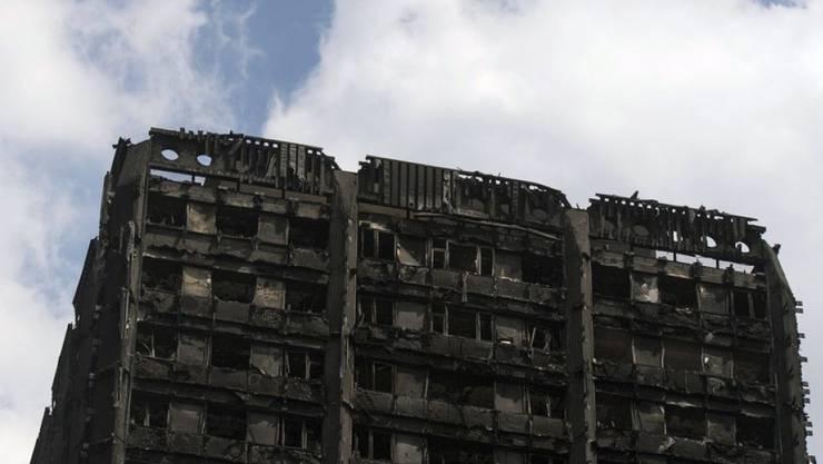 Die Spitze des ausgebrannten Grenfell Tower in London.