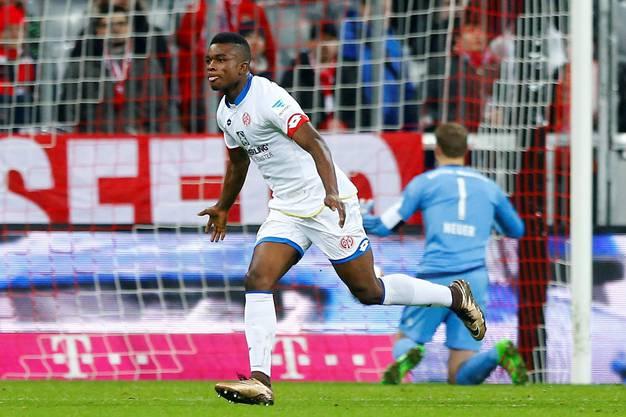 Der eingewechselte Kolumbianer Jhon Cordoba schiesst wenige Minuten vor Abpfiff das entscheidende 2:1 für Mainz.