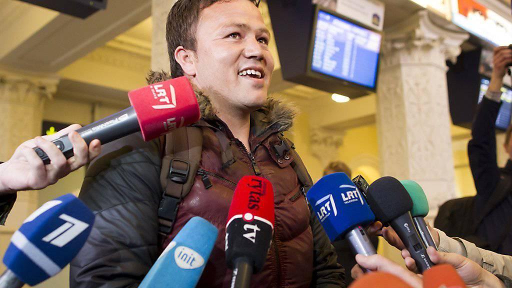 Abdul Basir Jususi wird bei seiner Ankunft in Vilnius von Medien empfangen. Der junge Afghane sorgte mit einem Videoaufruf auf YouTube für Aufsehen.