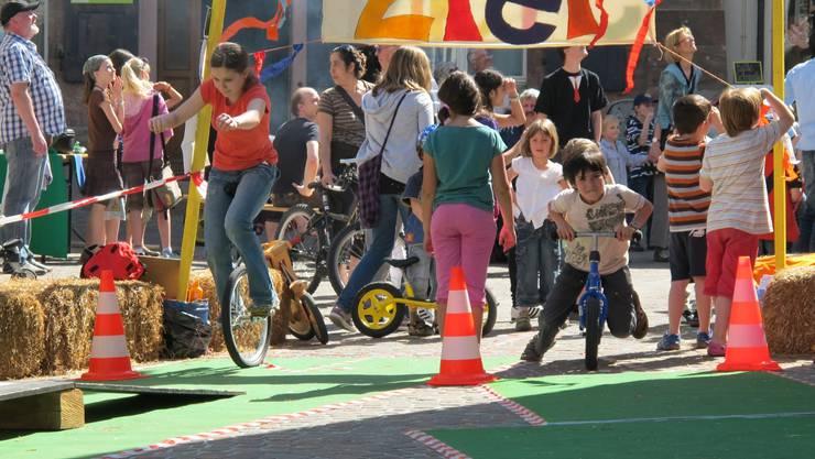 Einrad gegen Rollrad: Sieg und Tempo spielen eine untergeordnete Rolle, Hauptsache ist die Freude an der Bewegung.  rom