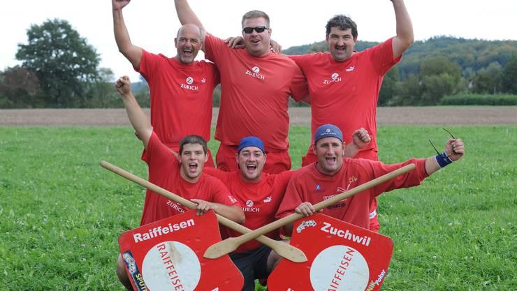 Überschwänglicher Jubel: Die zweite Mannschaft der HG Zuchwil feiert den Sieg beim Eidgenössischen Gruppenmeisterschaftsfinal.  Marcel Bieri