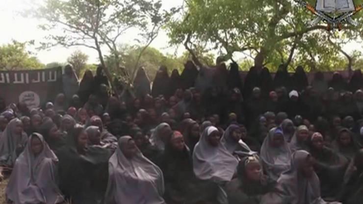 Die verschleppten Mädchen auf einem Bild der Terrorgruppe Boko Haram. 21 der Mädchen kamen nun durch Verhandlungen frei. (Archiv)