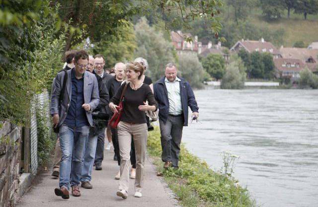 Mit Bundesrätin Sommaruga am Medien-Spaziergang entlang der Aare