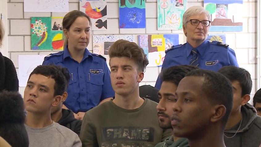 Polizei malt mit Asylsuchenden