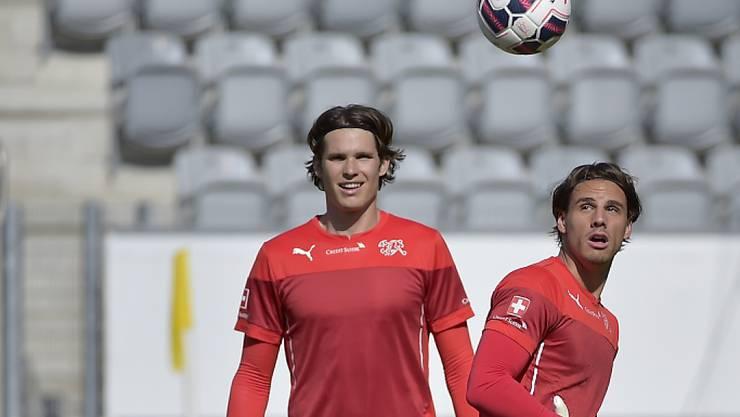 Vor seinem Debüt im Nationalteam: Goalie Marwin Hitz (li., mit Yann Sommer)
