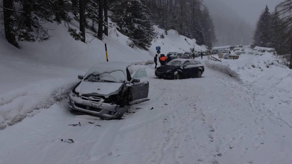 Nach dem Zusammenstoss auf der schneebedeckten Julierstrecke begaben sich vier Personen zur ärztlichen Kontrolle.