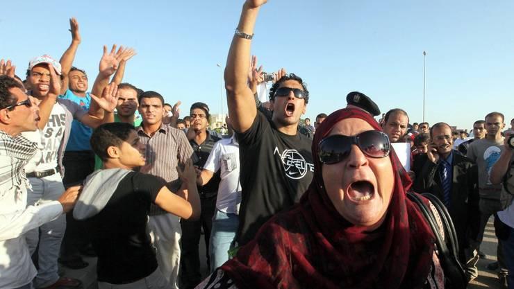 Demonstranten äussern lauthals ihre Meinung über den ehemaligen Präsidenten Hosni Mubarak