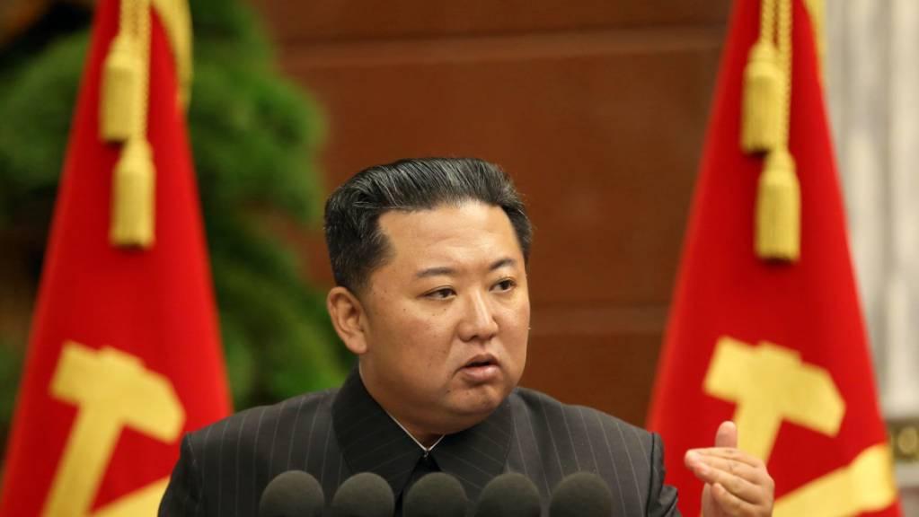 Dieses von der staatlichen nordkoreanischen Nachrichtenagentur KCNA am 03.09.2021 zur Verfügung gestellte Foto zeigt Kim Jong Un, Machthaber von Nordkorea, der während einer Sitzung des Politbüros eine Rede hält.
