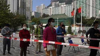 Schlangestehen vor einem Corona-Testzentrum in Hongkong. Foto: Kin Cheung/AP/dpa