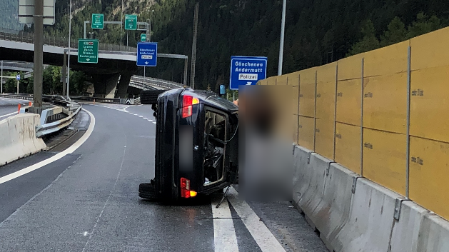 Auto schlittert in Göschenen 40 Meter über die Strasse