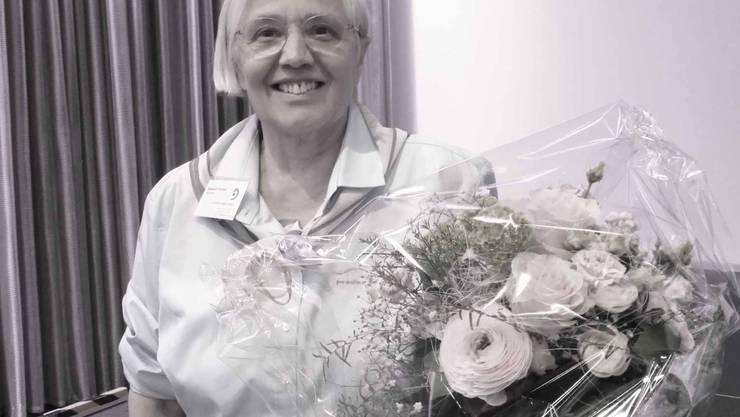 Das strahlende Gesicht von Elisabeth Trachsel zeigt die Freude über ihre Ehrung und über das ihr überreichte Blumengebinde.