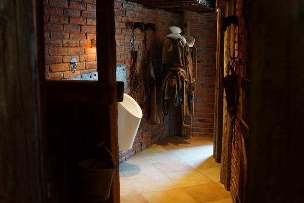 Die Toilette ist wie ein Stall eingerichtet