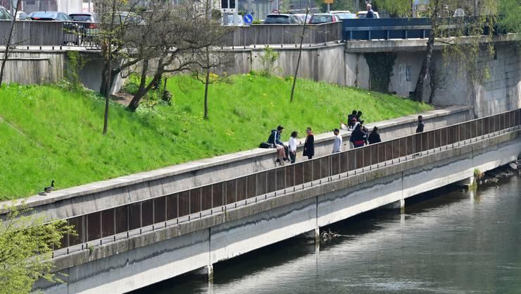 Der Kanton ersetzt die Stützmauer oben bei der Kantonsstrasse mit einer Bohrpfahlwand, welche neu für Stabilität sorgt. Die darunterliegende Böschung inklusive Stützmauer unten beim Ländiweg wird aber vorerst nicht entfernt