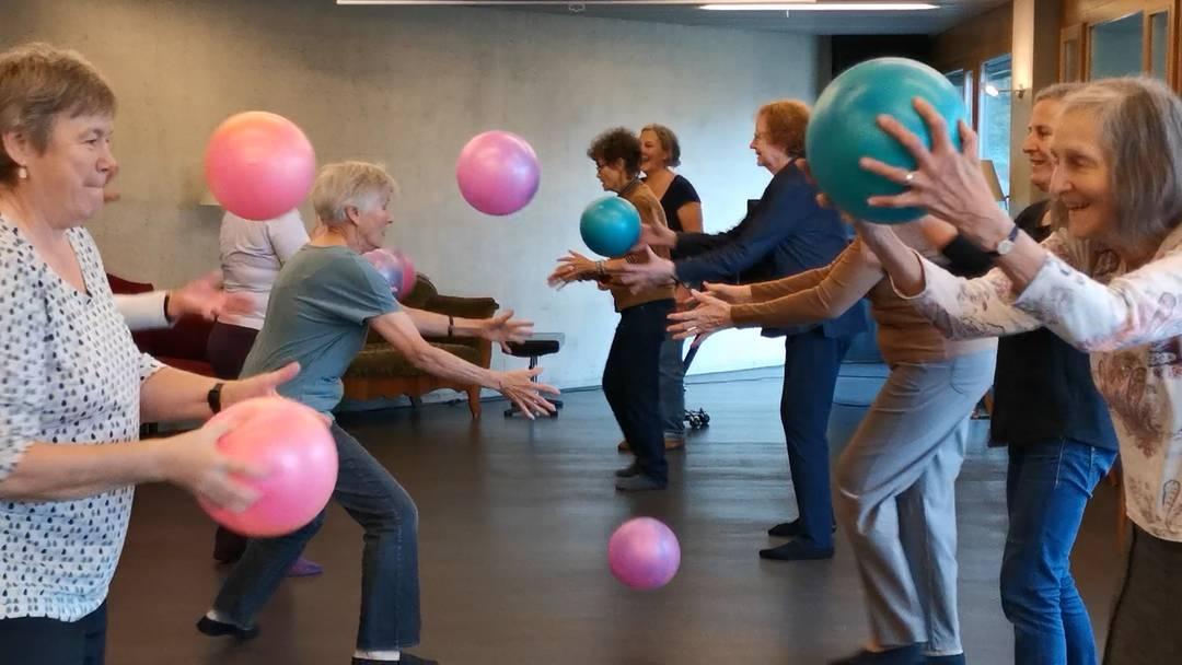Tanzen, singen, Ball spielen: So macht Bewegung im Alter Spass