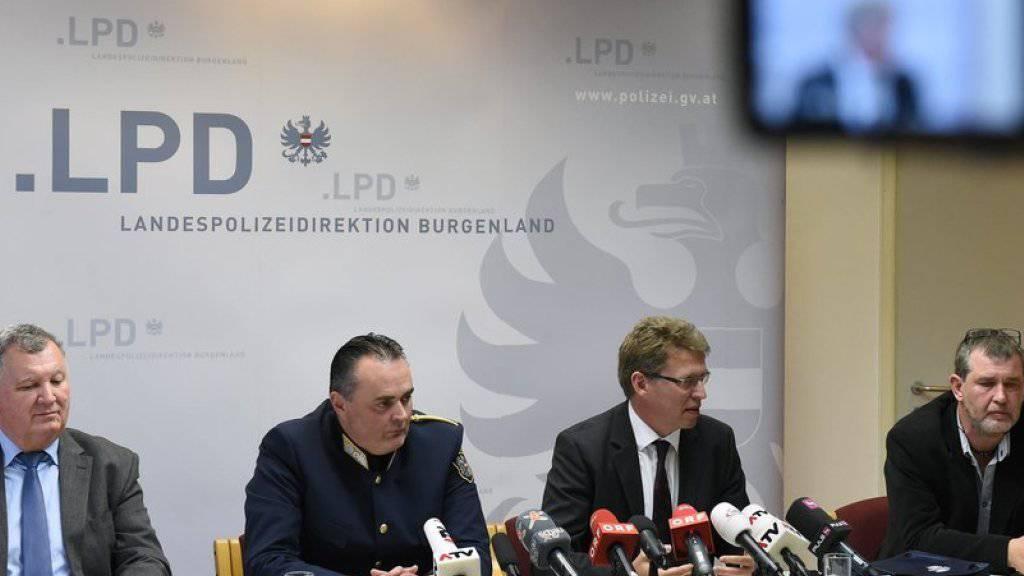 Die österreichischen Untersuchungsbehörden informieren über den Untersuchungsbericht zum Flüchtlingsdrama mit 71 Toten an der österreichisch-ungarischen Grenze im August. Laut Landespolizeidirektor Hans Peter Doskozil (2. von links) war unter den Toten auch eine sechsköpfige Familie.