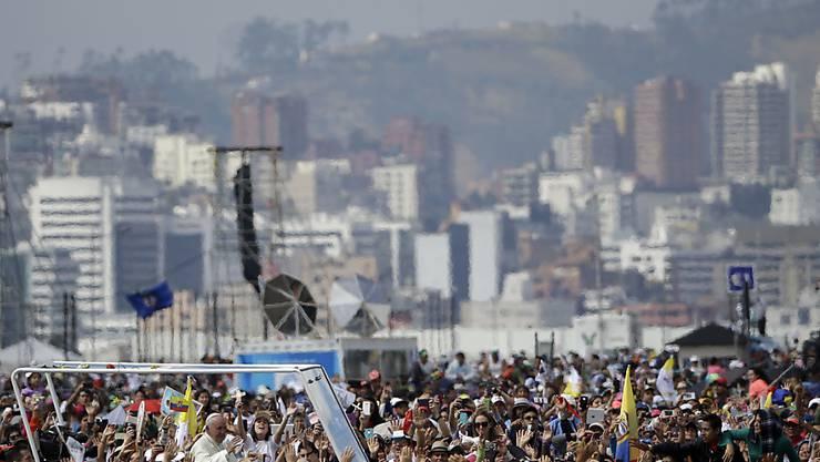 Hunderttausende begrüssen Papst Franziskus bei seiner Ankunft zur Messe im Parque Bicentenario in Quito