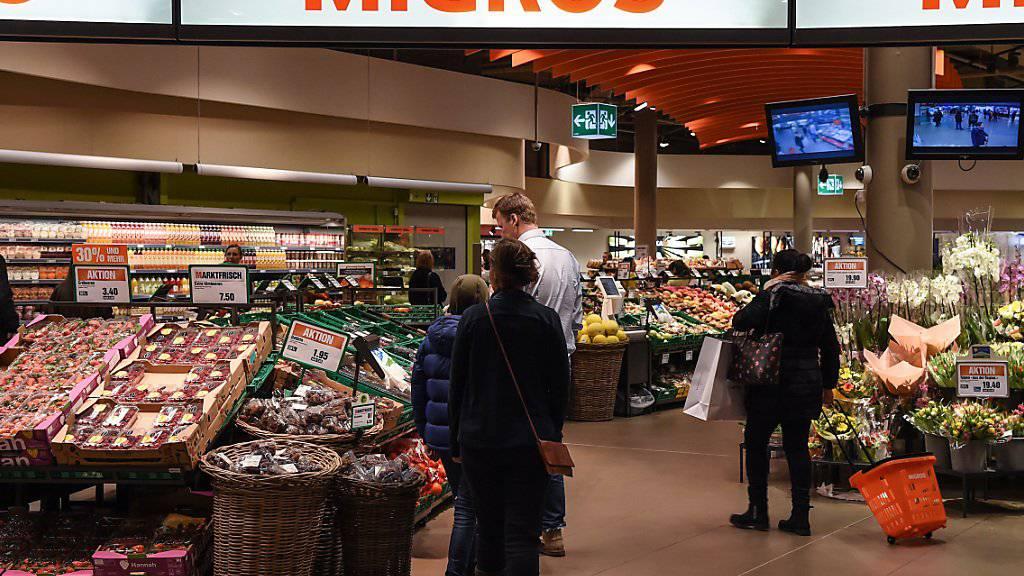 Die Migros-Filiale als Paketschalter. In rund 300 Läden des Grossverteilers können Schweizer künftig ihre Postpakete aufgeben oder abholen.(Archivbild)