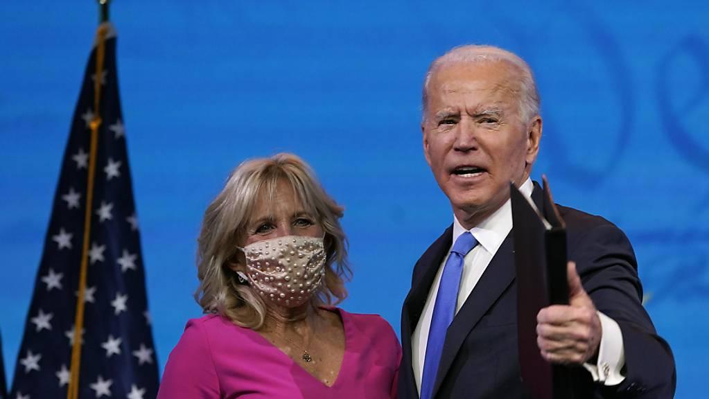 Joe Biden, künftiger US-Präsident, mit seiner Frau Jill Biden. Foto: Patrick Semansky/AP/dpa