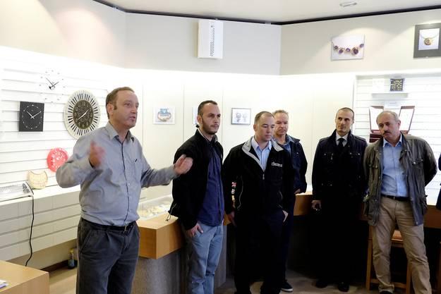 Juwelier Zufferey informiert die Journalisten über die Nebelmaschine.