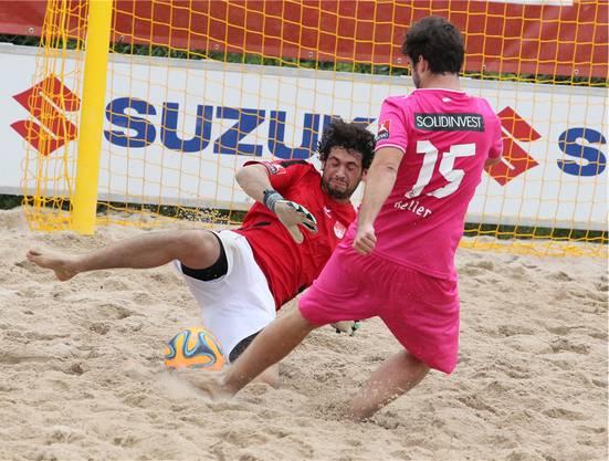 Solothurn-Goalie Newerton Mazzulo stoppt den GC-Stürmer.