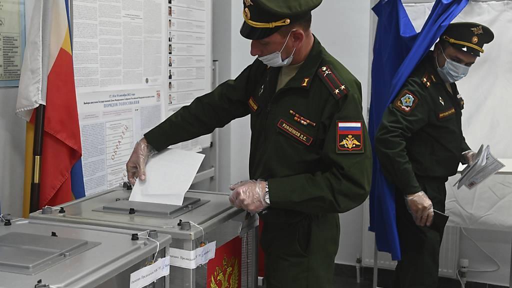 Russische Beamte geben während der Parlamentswahlen in Rostow am Don ihre Stimme in einem Wahllokal ab. Nach Beschwerden über erzwungene Stimmabgaben bei der Parlamentswahl in Russland hat die Zentrale Wahlkommission am Samstag eine Prüfung der Vorwürfe angekündigt. Foto: Uncredited/AP/dpa