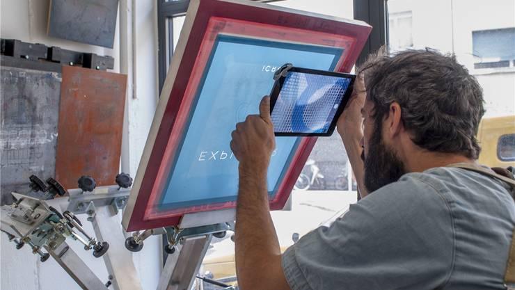 Das iCros-Multimodell, das der Siebdrucker an die linke Ecke seines Tablets gesteckt hat, erlaubt ihm, Details mit 150-facher Vergrösserung zu kontrollieren.