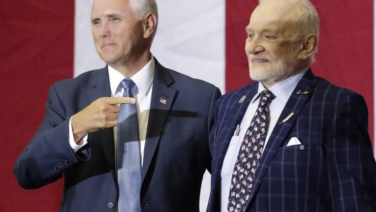 Zum 50. Jahrestag der ersten Mondlandung ist in den USA an die historische Apollo-11-Mission erinnert worden. Die USA erweisen den drei mutigen Astronauten heute die Ehre, sagte US-Vizepräsident Mike Pence (links) am Samstag bei einer Rede im Weltraumbahnhof Cape Canaveral.