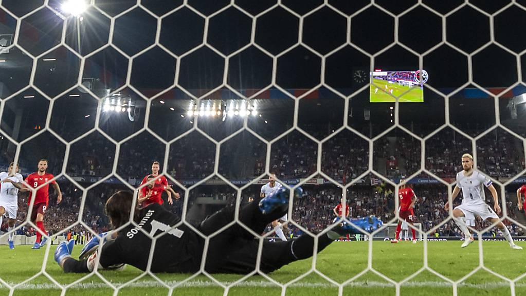 Yann Sommer pariert den Penalty von Jorginho.
